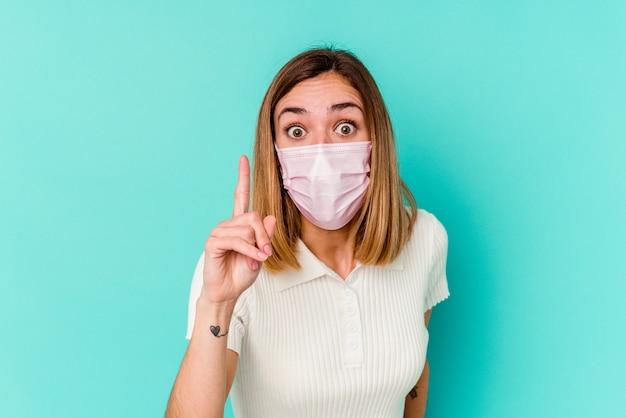 Jeune femme portant un masque pour virus ayant une idée, un concept d'inspiration.