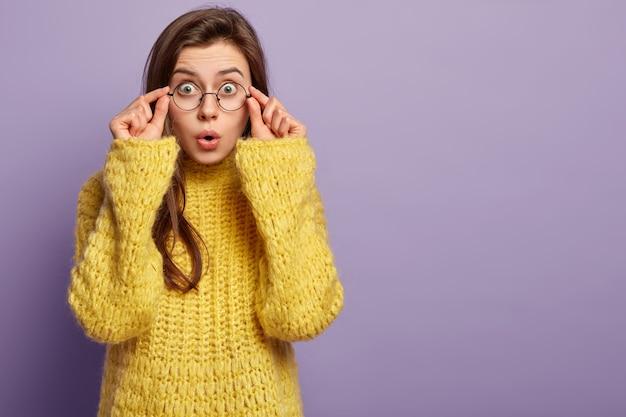 Jeune femme portant un pull jaune