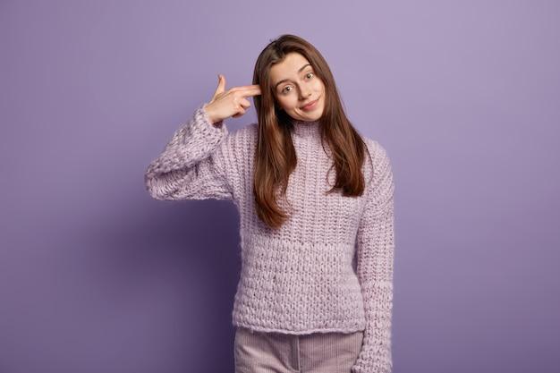 Jeune femme portant un pull violet