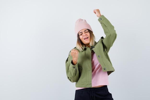 Jeune femme portant une veste et un chapeau rose