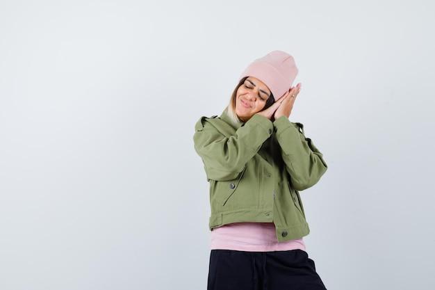 Jeune femme portant une veste faisant semblant de dormir
