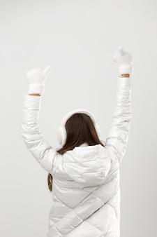 Jeune femme portant des vêtements d'hiver