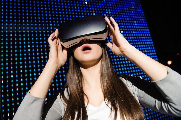 Jeune femme porte des lunettes numériques de réalité virtuelle