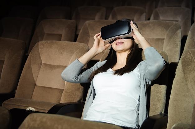Jeune femme porte des lunettes numériques de réalité virtuelle.