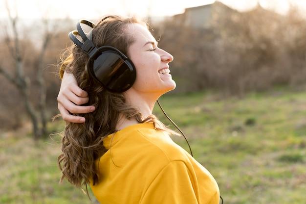 Jeune, femme, porter, aérien, écouteurs