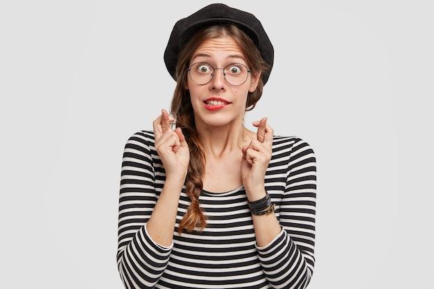Jeune femme, porter, béret, et, chemise rayée