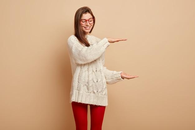Jeune femme, porter, chandail blanc