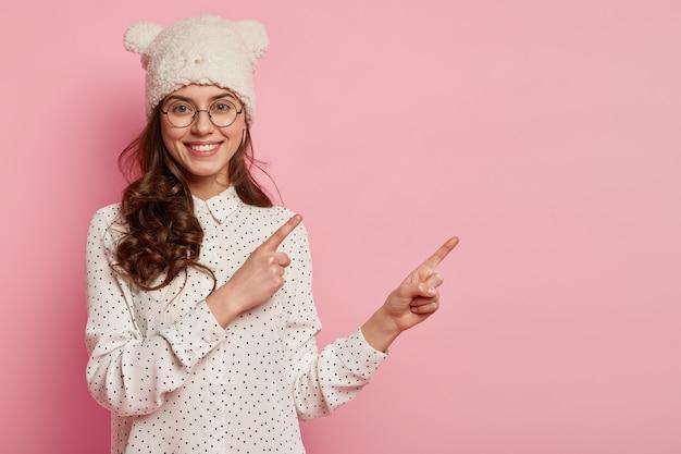 Jeune femme, porter, chapeau drôle, et, chemise