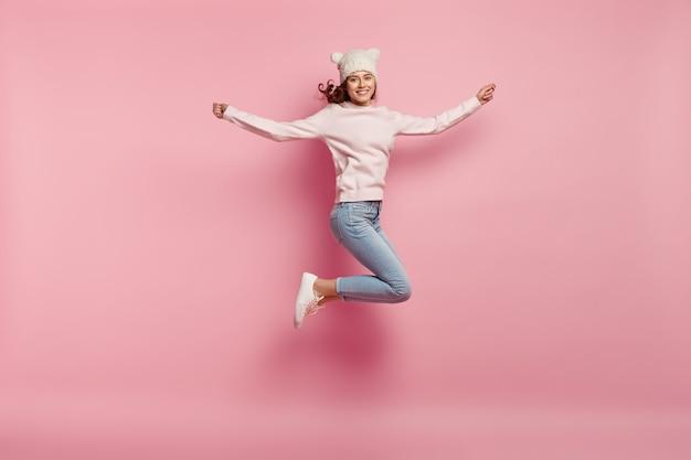 Jeune femme, porter, chapeau drôle