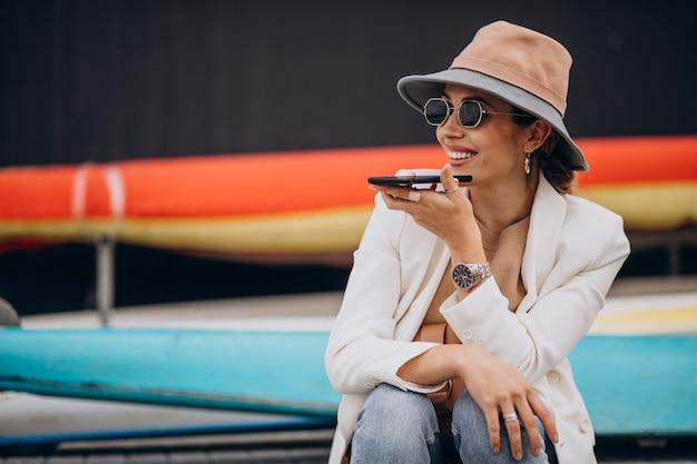 Jeune femme, porter, chapeau, et, utilisation téléphone