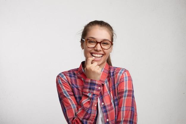 Jeune femme, porter, chemise rayée, et, lunettes