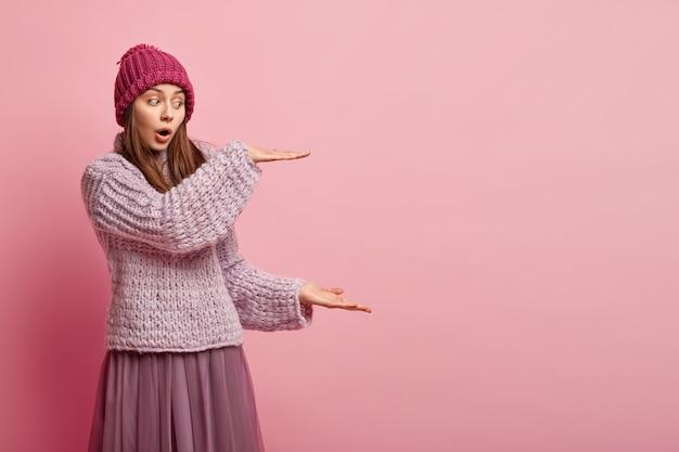 Jeune femme, porter, coloré, vêtements hiver