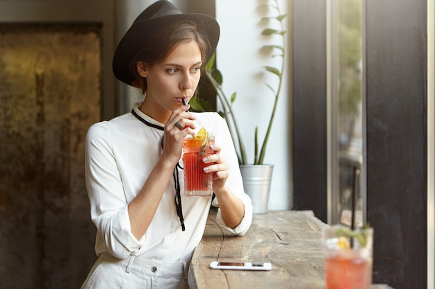 Jeune femme, porter, grand chapeau, dans, café