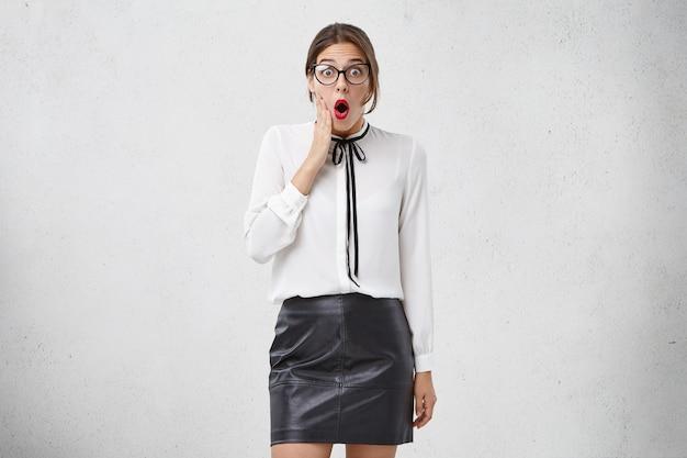 Jeune femme, porter, habillement formel