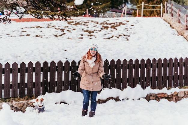 Jeune femme, porter, manteau, dans, neigeux, arrière-cour, hiver, saison