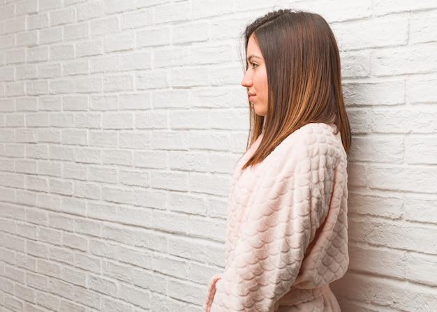 Jeune femme, porter, pyjama, côté, regarder, devant