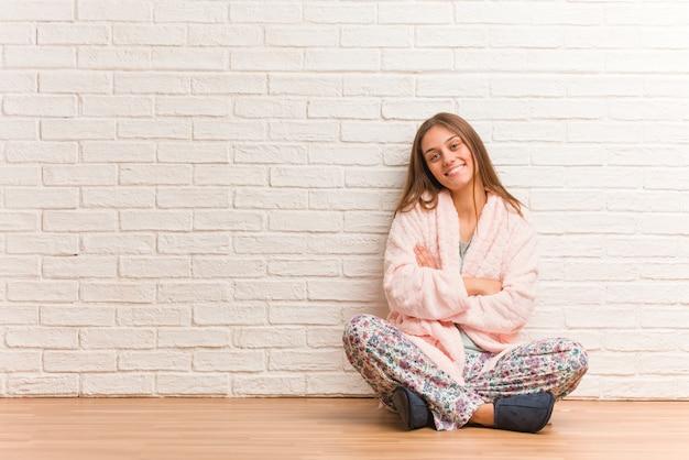 Jeune femme, porter, pyjama, croisement, bras, souriant, détendu