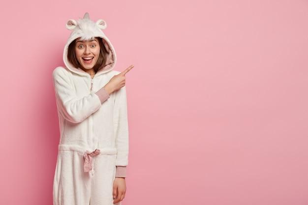 Jeune femme, porter, pyjama licorne