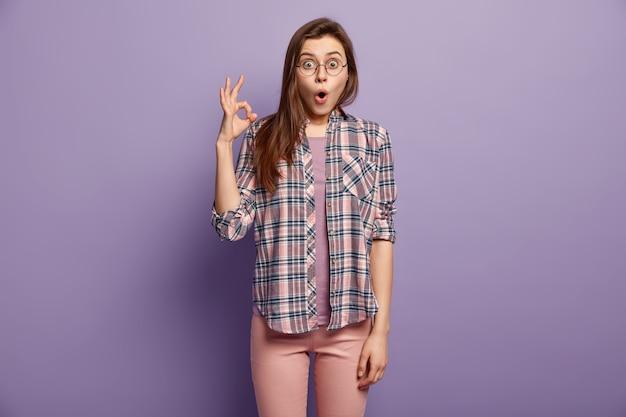 Jeune femme, porter, vêtements colorés