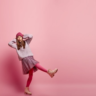 Jeune femme, porter, vêtements mode