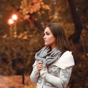 Jeune femme portrait soir d'automne.