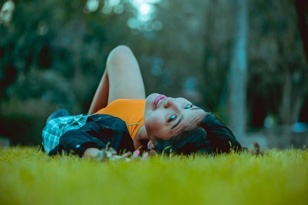 Jeune femme posant dans le parc