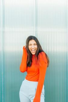 Jeune femme posant dehors avec la bouche ouverte