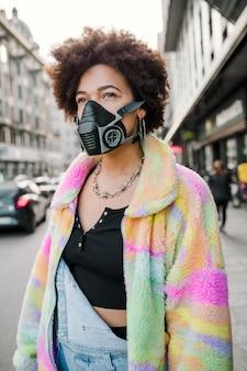 Jeune femme posant en plein air à milan portant un masque médical protégeant de la pollution et des virus