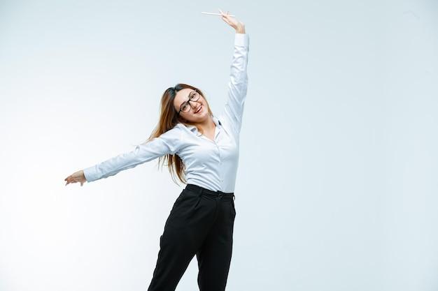Jeune femme posant et à la recherche d'énergie