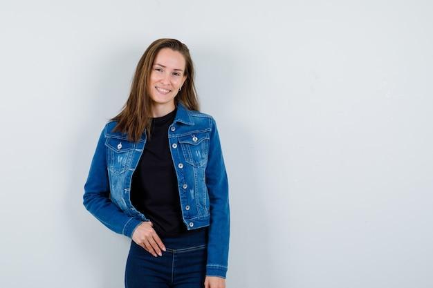 Jeune femme posant en regardant la caméra en blouse et l'air attrayant. vue de face.