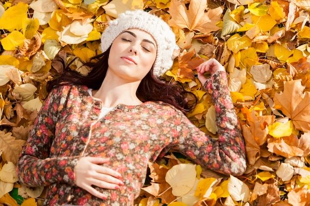 Jeune femme, pose, dans, les, automne, feuilles