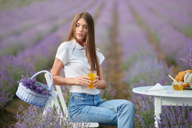 Jeune femme, poser, dans, champ lavande