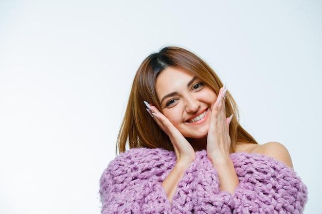 Jeune femme, poser, dans, tricots, et, pointage