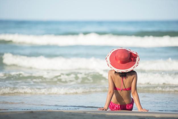 Jeune femme, poser, délassant, sur, les, plage, dans, a, bikini, week-end, vacances, temps
