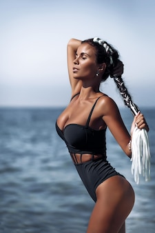 Jeune femme, poser, plage