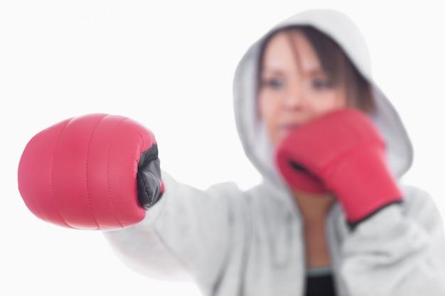 Jeune femme en position de boxe