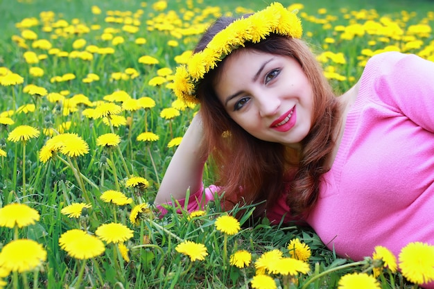 Jeune femme sur la prairie de pissenlit