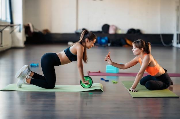 Jeune femme pratiquant le yoga, est engagée avec l'enseignant en ligne.