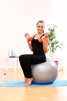 Jeune, femme, pratiquer, pilates