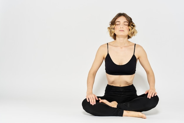 Jeune femme, pratiquer, yoga, asana, isolé