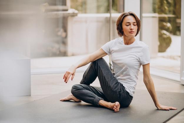 Jeune femme, pratiquer, yoga, chez soi