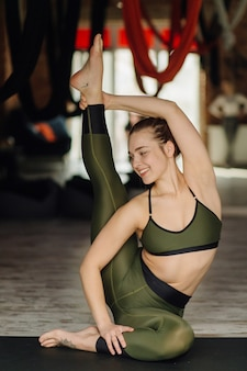 Jeune femme, pratiquer, yoga, et, voler, yoga, concept