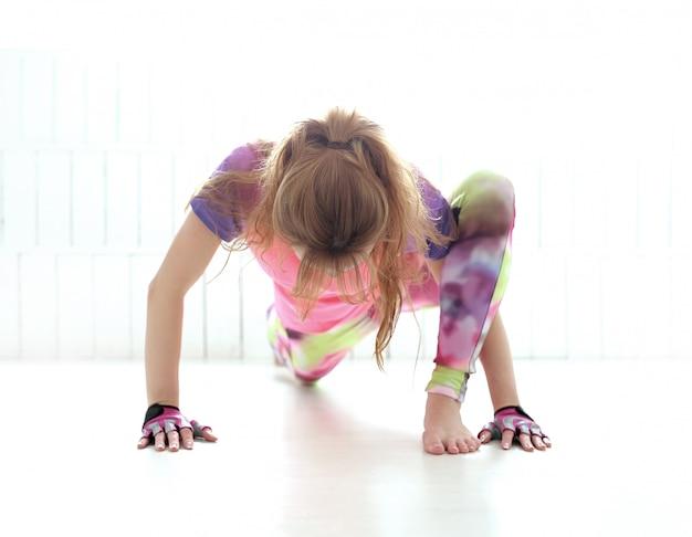 Jeune femme, pratiquer, yoga