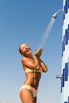 Jeune femme prenant une douche