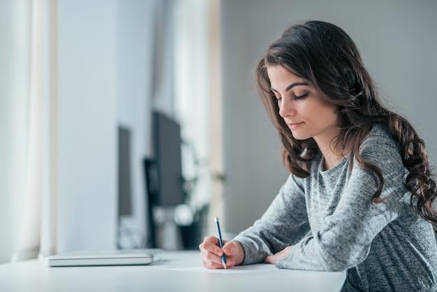 Jeune femme prenant des notes.