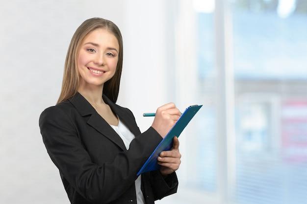 Jeune femme prenant des notes