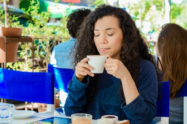 Jeune femme prenant une pause-café