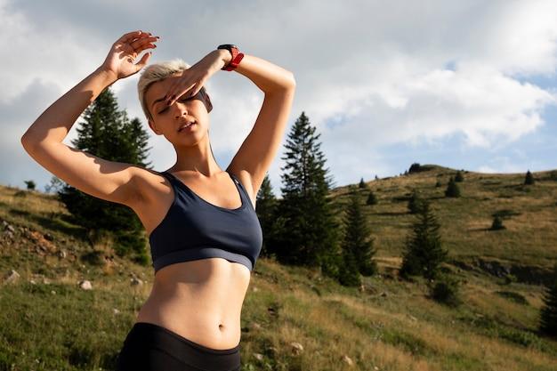 Jeune femme prenant une pause de la course
