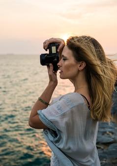 Jeune femme prenant des photos concept