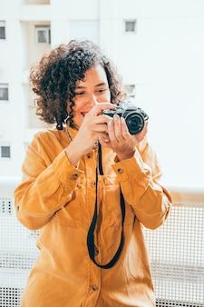 Jeune femme prenant des photos